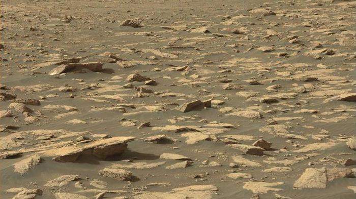 Марсианская пустыня. Что занесенный песком ровер Curiosity увидел за последние дни – фото