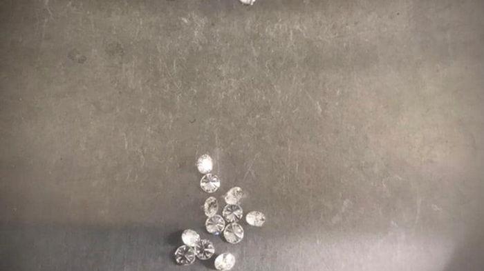На таможне в Киеве изъяли 23 бриллианта (фото)