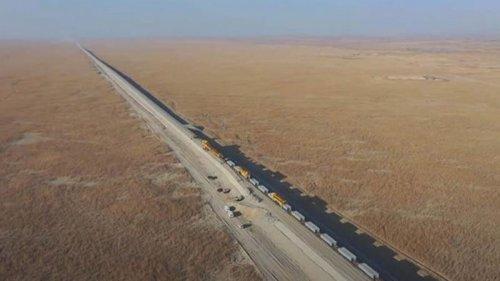 В Китае показали стройку железной дороги в пустыне (видео)
