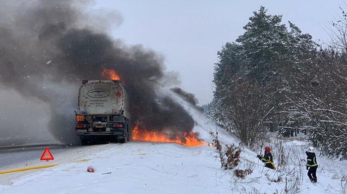В Ровенской области загорелся бензовоз (фото)