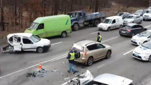 Под Киевом произошло масштабное ДТП (видео)