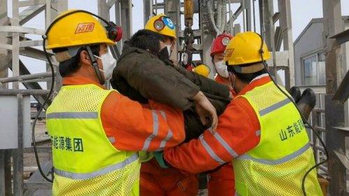 В Китае спасли 11 шахтеров, которые две недели пробыли под завалами: в...