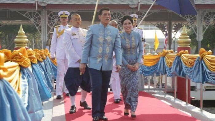 36-летняя фаворитка короля Таиланда стала второй королевой. Впервые в истории