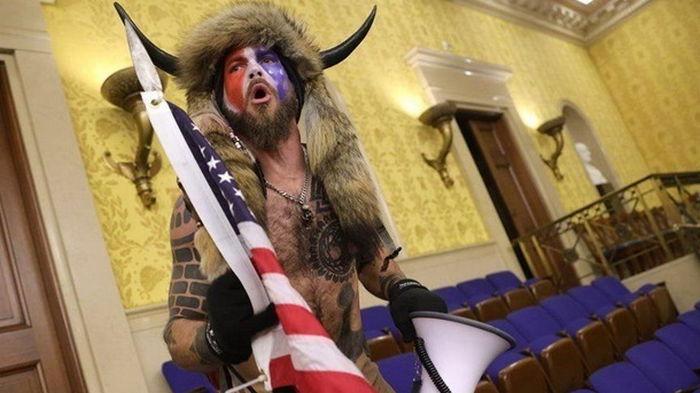 Штурмовавший Капитолий викинг даст показания против Трампа - адвокат