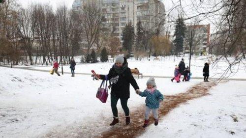 Во Львове посыпают скользкие дорожки кофейной гущей (видео)