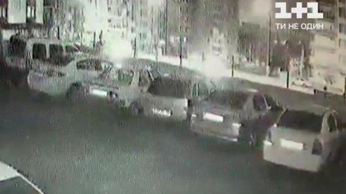 В Турции припаркованные машины рухнули в строительный котлован (видео)