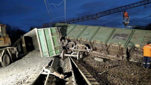 Под Днепром перевернулись восемь вагонов поезда (фото)
