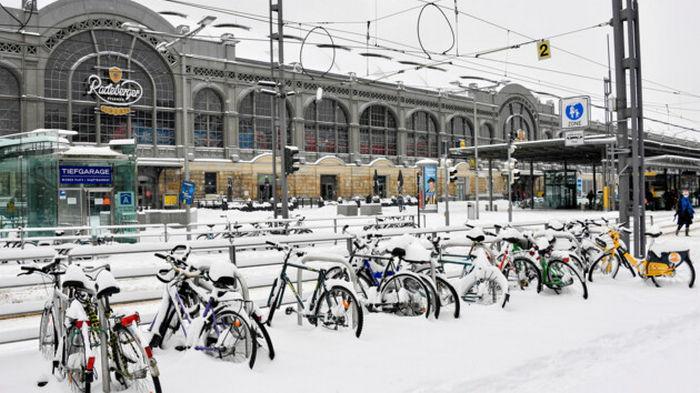 Транспортный коллапс в Германии: непогода остановила самолеты, поезда и авто (фото)