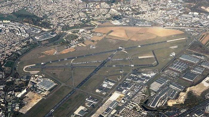 Во французском аэропорту самолет приземлился со сломанным шасси