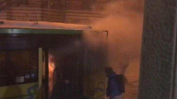 Во Львове горящий трамвай пассажиры тушили снегом (видео)
