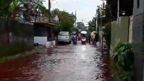 Село в Индонезии затопило красной водой