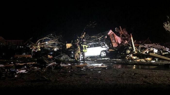 На США обрушился мощный торнадо: есть погибшие и раненые (фото)