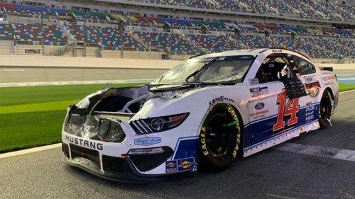Во время гонки NASCAR у авто оторвался капот