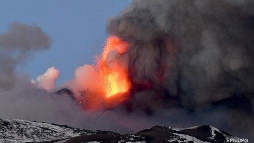На Сицилии продолжается извержение вулкана Этна (видео)