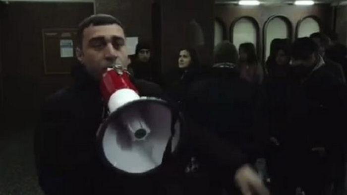 В Ереване протестующие вошли в дом правительства