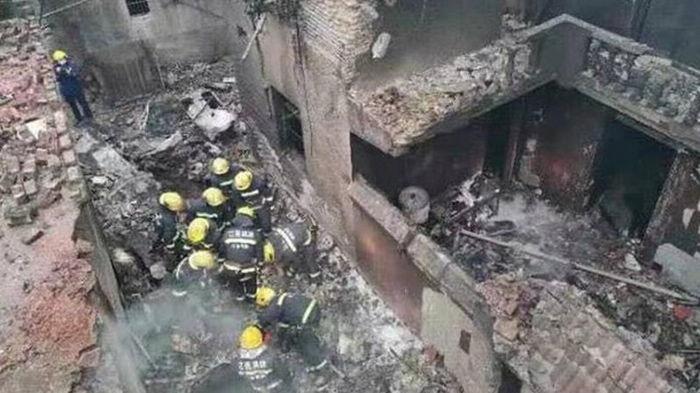 В Китае самолет упал на жилые дома, есть жертвы