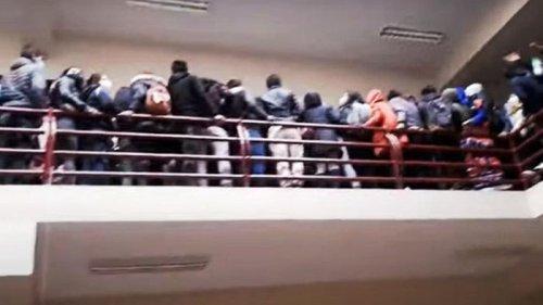 В Боливии из-за невыдержавшего ограждения разбились студенты (видео)
