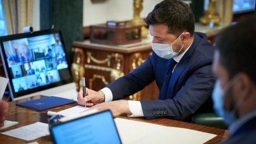Зеленский подписал закон об электронных трудовых книжках