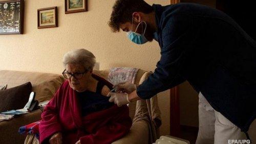 Вакцина AstraZeneca подходит людям старше 60 лет - Ляшко