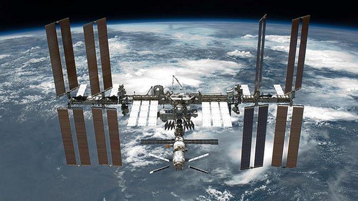 Трещину на МКС покрыли герметиком