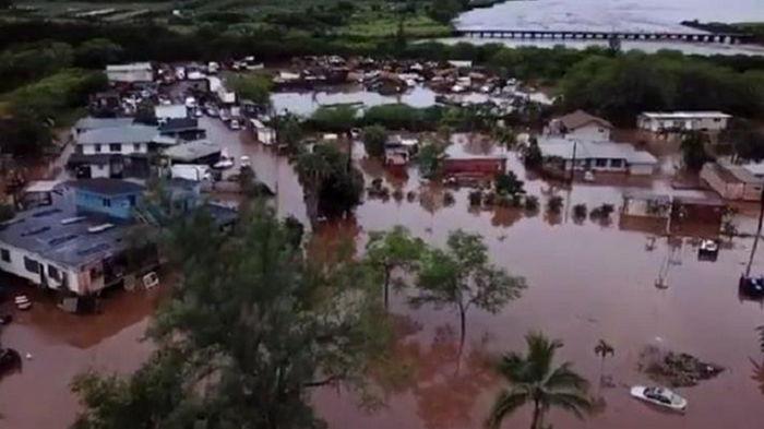 На Гавайях наводнение разрушило дома и мосты (видео)