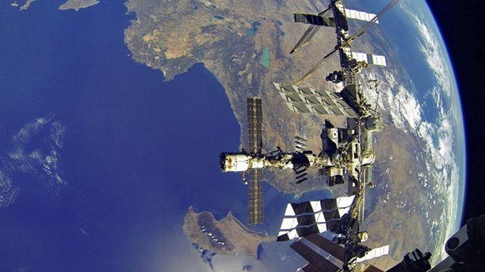 Космонавты РФ закончили ремонт трещины на МКС