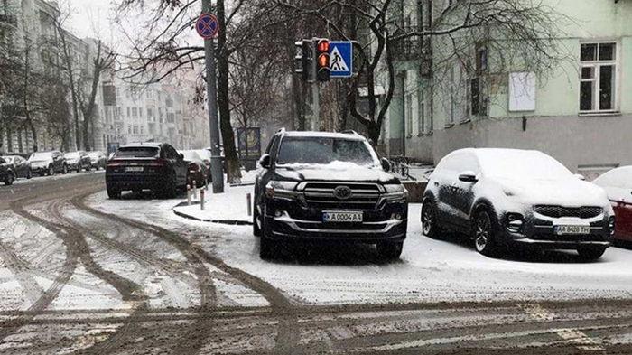 Арахамия припарковался у ОП на пешеходном переходе - СМИ (фото)