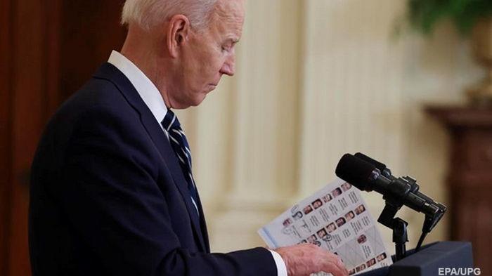 На пресс-конференции Байден читал шпаргалки (фото)