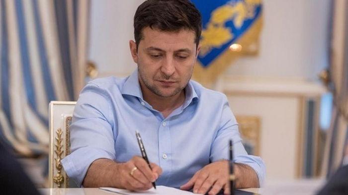 Зеленский поручил организовать празднование 25-летия Конституции Украины