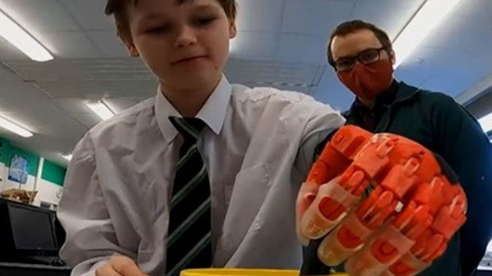 В Британии учитель распечатал протез для школьника (видео)