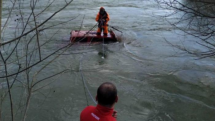 Во Львовской области внедорожник унесло течением