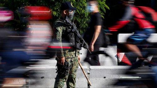 На Филиппинах полицейские заставили нарушителя карантина сделать 300 п...