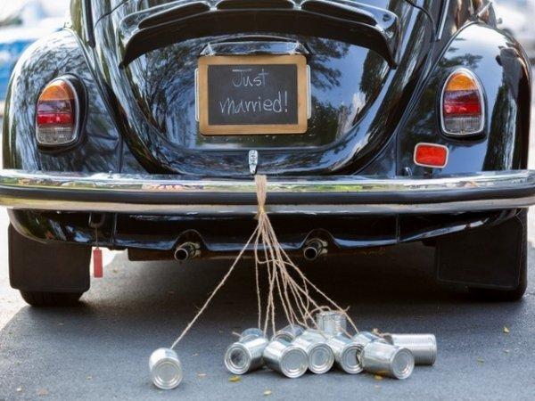 Зачем на свадебную машину цепляют банки?