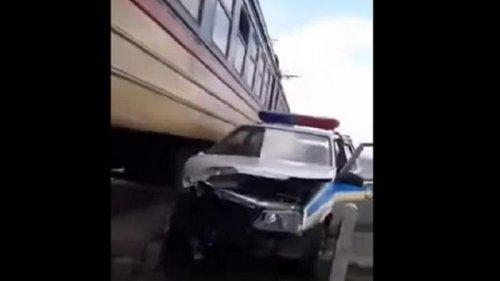 Пригородная электричка протаранила авто полиции (видео)