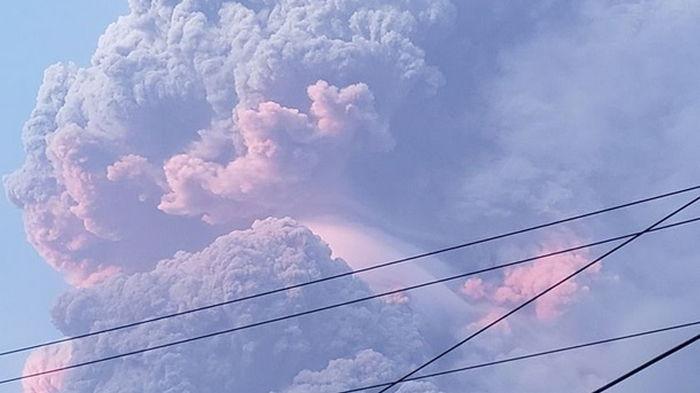 На острове Сент-Винсент извергается вулкан, эвакуируют тысячи людей (видео)