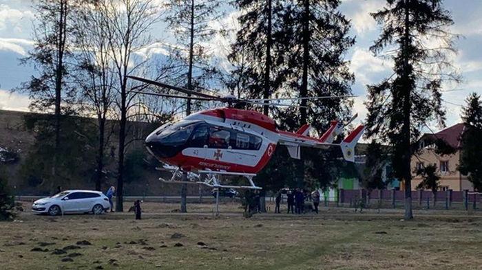 В Украине пациентку впервые доставили в больницу на вертолете (фото)