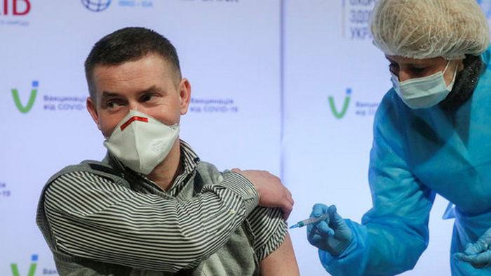 В Киеве за месяц вдвое выросло число желающих вакцинироваться от коронавируса – опрос