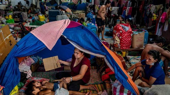 На Филиппины обрушился мощный тайфун (видео)
