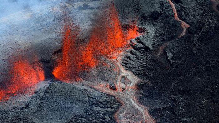 Два туриста погибли во время извержения вулкана на острове в Индийском океане