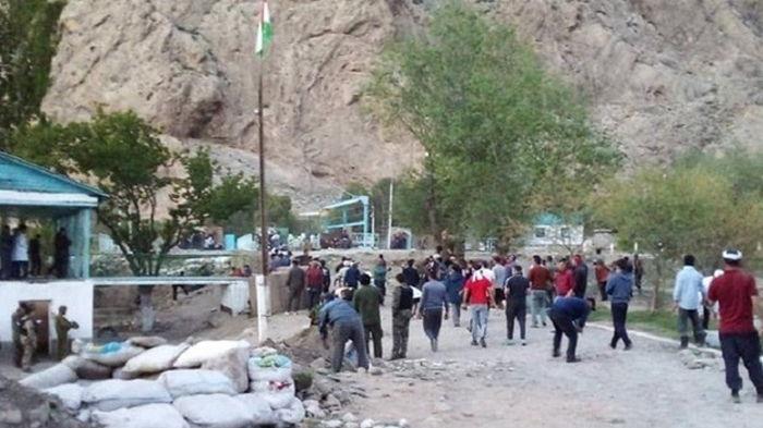 Кыргызстан заявил об обстреле жилых домов со стороны Таджикистана