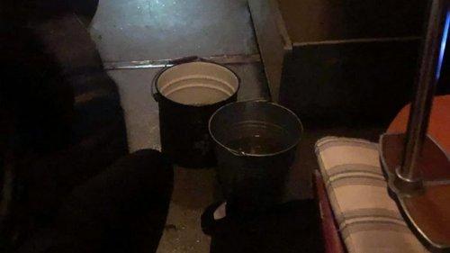 Пассажирам поезда Киев-Николаев выдали ведра из-за течи в крыше (видео...