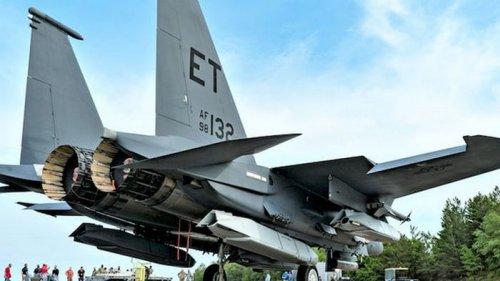 Почти бомбардировщик. США впервые загрузили пять крылатых ракет на истребитель F-15 – фото