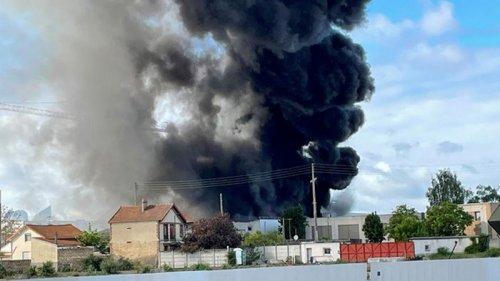 Под Парижем горит химический завод (фото)
