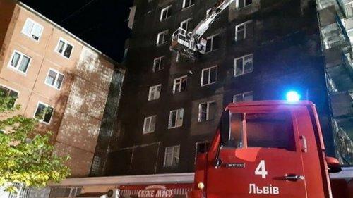 Во Львове из-за возгорания многоэтажки эвакуировали жильцов дома (видео)