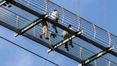 В Китае турист около часа провел на разрушенном стеклянном мосту (фото...