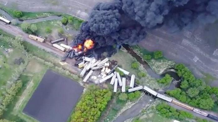 В США поезд, перевозивший химикаты, потерпел крушение