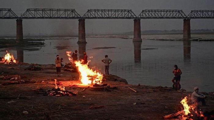 В Индии на берег реки вынесло сотни мертвецов (фото)