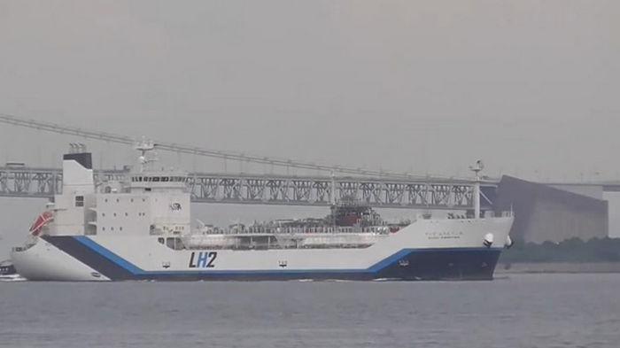 Построен первый в мире танкер для сжиженного водорода (видео)
