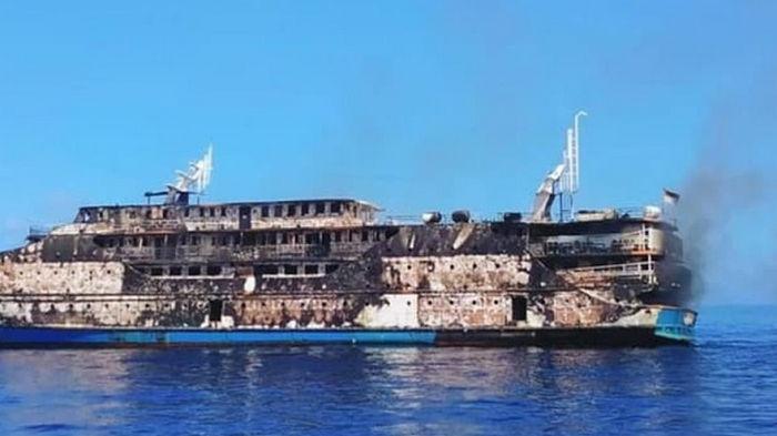 В Индонезии загорелся паром с 200 туристами на борту (видео)