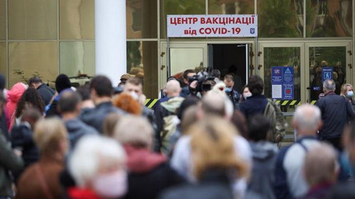 В Киеве огромная очередь в центр COVID-вакцинации